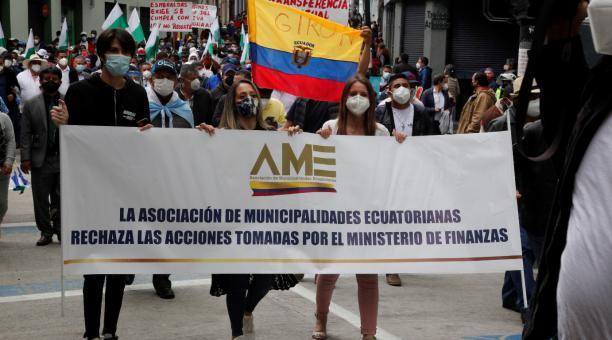 Los candidatos Andrés Arauz y Guillermo Lasso centran sus propuestas en dos mecanismos distintos para cancelar la deuda a los gobiernos autónomos descentralizados. El pasado 9 de marzo del 2021se realizo la marcha de la Asociación de Municipalidades del E