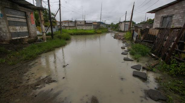 En Carchi, Bolívar, Loja, Esmeraldas, Manabí, El Oro y Guayas han sido constantes las lluvias. que han provocado derrumbes, cierres viales, inundaciones y colapsos de alcantarillas, quebradas y acequias. Foto: Enrique Pesantes / EL COMERCIO