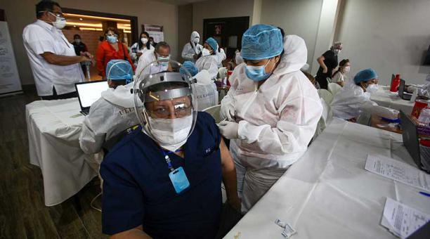 La jornada de inmunización se retomó este 17 de marzo de 2021 en la UEES, en Samborondón (Guayas). Foto: Enrique Pesantes / EL COMERCIO