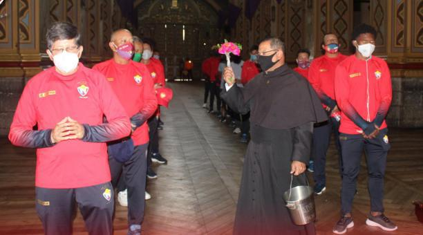 Jugadores y cuerpo técnico de El Nacional visitaron el santuario de la Virgen del Quinche. Foto: Twitter del club