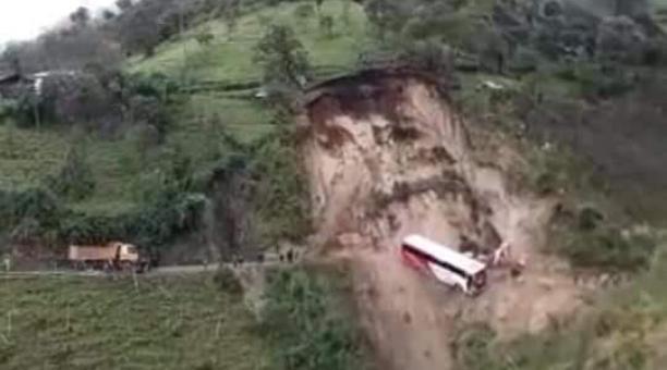 Un deslizamiento ocurrido el pasado 14 de marzo hizo que un bus pierda pista, luego de las intensas lluvias que afectaron a Riobamba. Foto: Cortesía