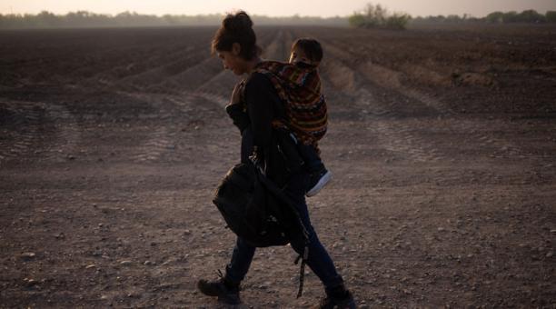 Mayra, una madre guatemalteca de 17 años que busca asilo, carga a su hijo Marvin de 13 meses después de que cruzaron el río Grande hacia Estados Unidos desde México en una balsa en Penitas, Texas, EEUU el 17 de marzo. Foto: REUTERS.