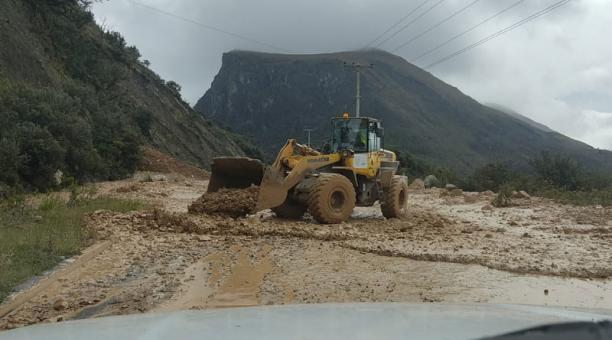 Esta mañana se evacuó parte del material que taponaba la carretera Cuenca-Molleturo, en el kilómetro 42. Foto: cortesía MTOP.