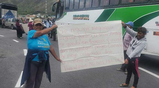 Los pobladores de Ambuquí bloquearon la mañana de este 18 de marzo del 2021 la vía E-35 en reclamo de obras para este sector. Foto: cortesía Policía Nacional