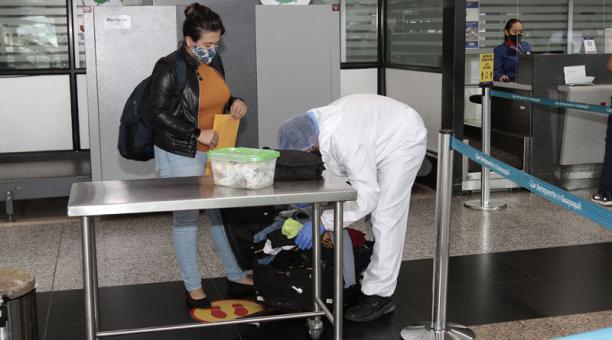 El COE Nacional dispuso que los pasajeros que ingresan al Ecuador en vuelos deben mantener las medidas de bioseguridad para prevenir la propagación del covid-19. Foto: Archivo/ EL COMERCIO