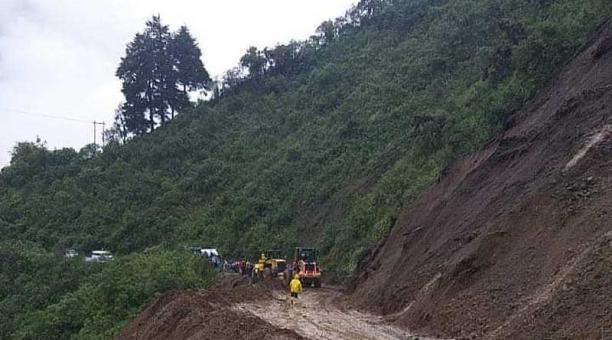 Debido a las lluvias, en la vía Latacunga-La Maná hay constantemente el desprendimiento de tierra y piedras. Foto: cortesía Tenencia Política Pilaló