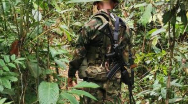 Imagen referencial. Miembros del Ejército de Colombia realizan patrullajes en distintas zonas del país para combatir a grupos armados ilegales. Foto: Twitter Ejército Nacional de Colombia