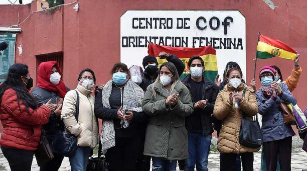 Los hijos de la expresidenta Jeanine Áñez y varios de sus partidarios instalaron una vigilia a las afueras del Centro de Orientación Femenina de Obrajes en La Paz, Bolivia. Foto: EFE