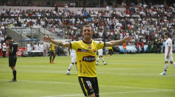 El volante nacionalizado Damián 'Kitu' Díaz en un partido del 2012 cuando anotó dos goles en el estadio Rodrigo Paz Delgado. Archivo/EL COMERCIO
