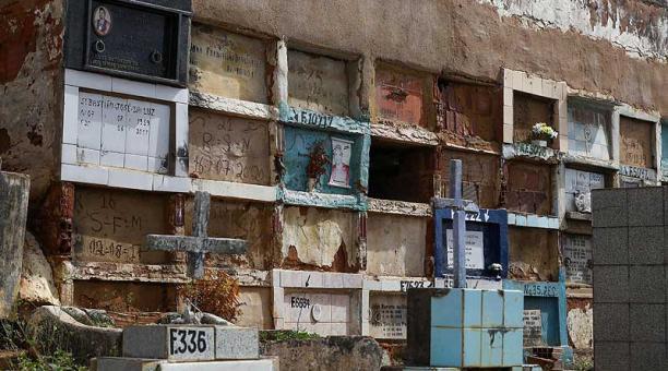 El problema en el cementerio de Vitoria de Santo Antao, Brasil, ganó mayores proporciones en los últimos meses con el aumento de muertes en el país por covid-19. Foto: EFE