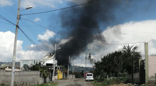 Un bus y dos vehículos se quemaron durante un incendio en el patio vehicular de la Policía Nacional, el 18 de marzo del 2021. Foto: Cortesía