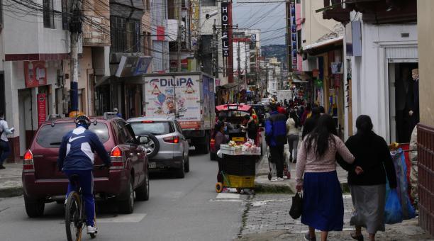 La calle Sucre, en Tulcán, ha recuperado su dinámica comercial este año. Foto: Javier Montalvo para El Comercio