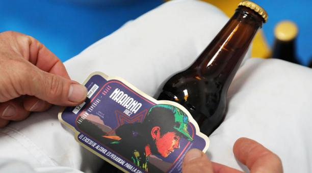 Excombatientes de las FARC trabajan en una planta de cerveza artesanal donde producen 'La Roja'. Foto: EFE.