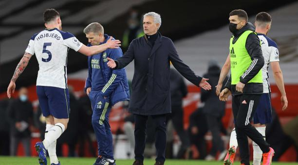 El técnico del Tottenham, José Mourinho (C), le da la mano a Pierre-Emile Hojbjerg (L) después del partido de fútbol de la Premier League inglesa entre el Arsenal FC y el Tottenham Hotspur en Londres, Gran Bretaña, el 14 de marzo de 2021. (Reino Unido, Lo