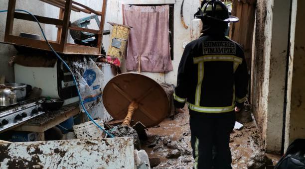 El lodo y agua también dañaron los muebles, ropa y enseres de la familia damnificada. Foto: Cortesía del Cuerpo de Bomberos de Pimampiro