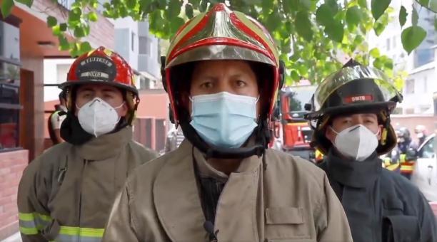 El teniente de los Bomberos de Quito, Landívar, informó que dos personas fallecieron y tres resultaron afectadas por la intoxicación de monóxido de carbono en una vivienda en La Carolina. Foto: Twitter Bomberos Quito