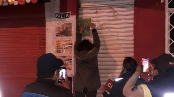 La Intendencia de Policía clausuró un local en Carcelén, norte de Quito, en donde se consumían bebidas alcohólicas, pese a la prohibición por la pandemia. Foto: Twitter Intendencia