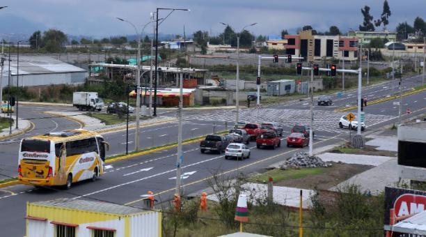En la avenida Sixto Durán se levantan nuevos negocios y otras construcciones. El servicio de transporte urbano se extendió a esta zona. Foto: Glenda Giacometti / El Comercio