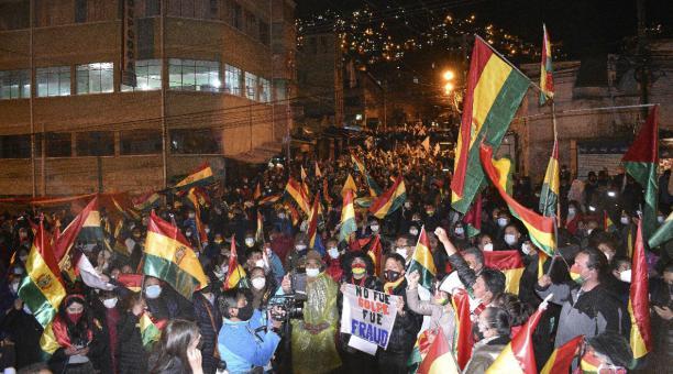 Un grupo de personas participa el viernes 19 de marzo del 2021 en un cabildo convocado por el Comité Nacional de Defensa de la Democracia (Conade) en La Paz (Bolivia) para que cese la
