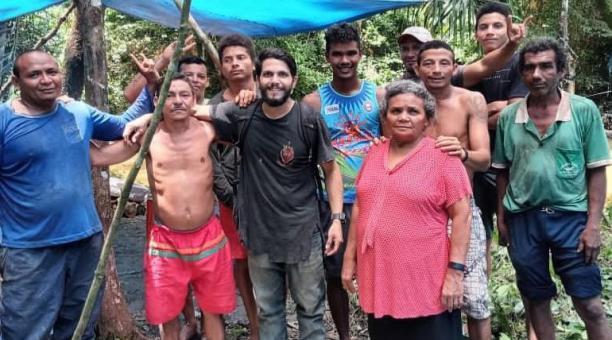 Fotografía de archivo personal cedida por el piloto Antonio Sena (c), quien posa junto a un grupo de recolectores de castañas en la selva amazónica, en el estado Pará (Brasil). Foto: EFE