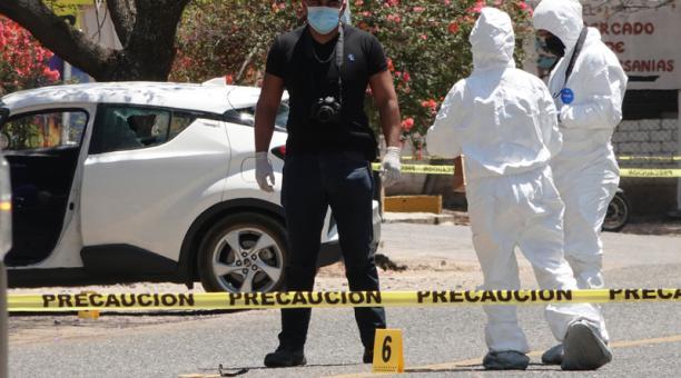 Peritos forenses y policías ministeriales laboran hoy, en la zona donde fue asesinada la precandidata, Ivonne Gallegos, en el poblado de Ocotlán de Morelos, en el estado de Oaxaca (México).