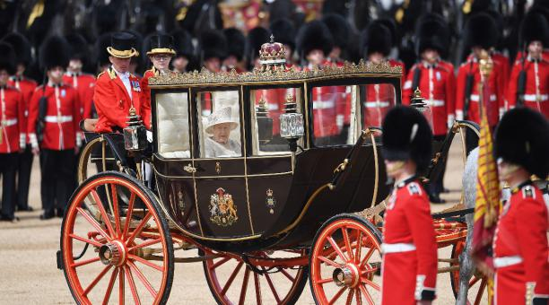 La reina Isabel II apoya la iniciativa de nombrar un
