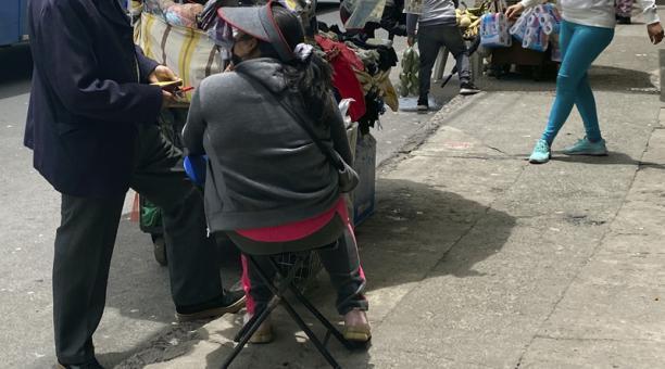 Germán se dedica al chulco. Presta dinero a comerciantes informales del sur de Quito.