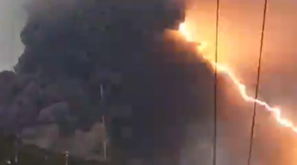 La actividad eléctrica que generan las emisiones de ceniza y lava del volcán Pacaya fue grabada por personas que habitan cerca al coloso. Foto: Captura de pantalla