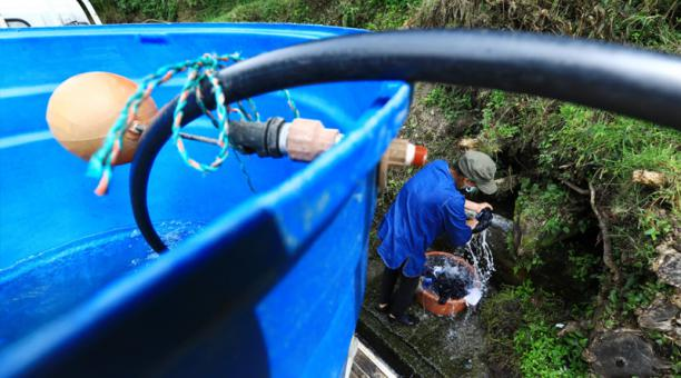 Las familias lojanas llegan hasta el kilómetro siete, a recoger agua de una vertiente natural.
