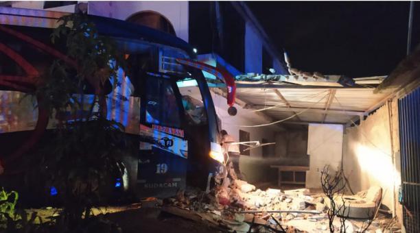 El bus se estrelló contra la pared de una vivienda, cuando viajaba con personas a bordo. Foto: ECU 911