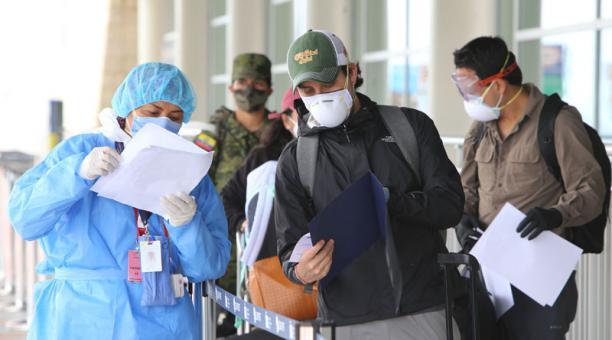 Imagen referencial. En los aeropuertos de Ecuador, personal del Ministerio de Salud Pública verifica los documentos que presentan los viajeros que arriban al país debido a la pandemia. Foto: Archivo/ EL COMERCIO.