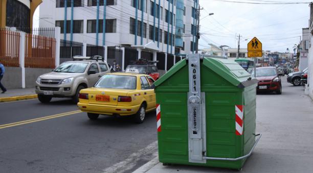 Javier Altamirano, alcalde de Ambato, dijo que los nuevos contenedores permitirán una recolección de los desechos más eficiente en los distintos sectores y el aporte del personal de saneamiento de la urbe. Foto: Glenda Giacometti / EL COMERCIO