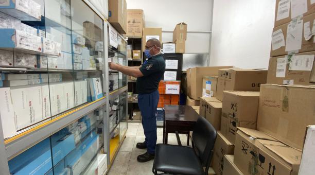 Omar Jaramillo, guarda almacén, controla la existencia de insumos médicos en las estanterías. Foto: Patricio Terán