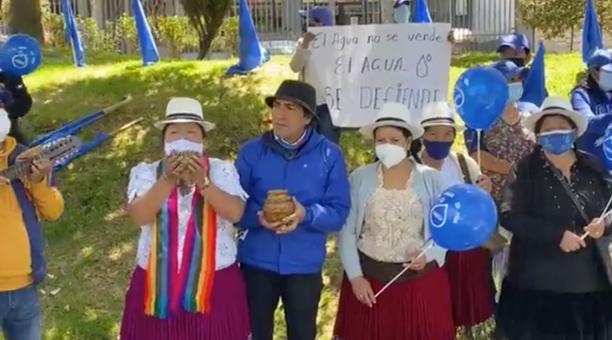 Yaku Pérez, que ex candidato a la Presidencia de Ecuador por el movimiento Pachakutik, presidió este 22 de marzo del 2021 la ceremonia que también propugnó la protección de todas las fuentes naturales de agua del país. Foto captura