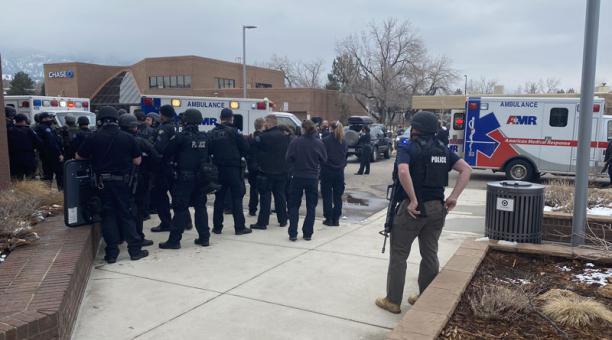 La Policía de Boulder pidió a los habitantes de la ciudad estadounidense evitar el área del tiroteo por aún tratarse de una
