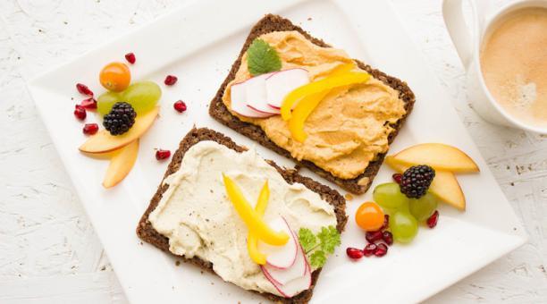 Imagen referencial.  Un estudio demostró que las personas que comen más temprano en el día tenían niveles más bajos de azúcar en sangre. Foto: Pixabay