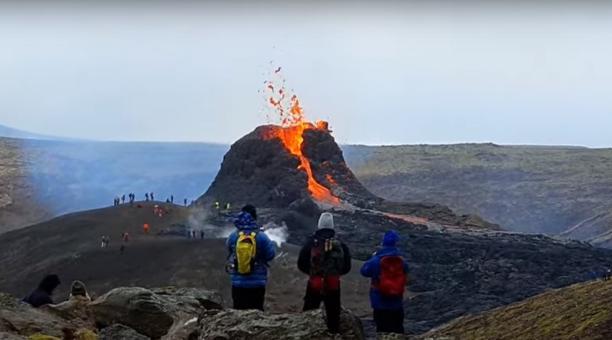 El volcán Fagradalsfjall en Islandia entró en erupción y ha generado un espectáculo que atrae a los turistas. Foto: Captura
