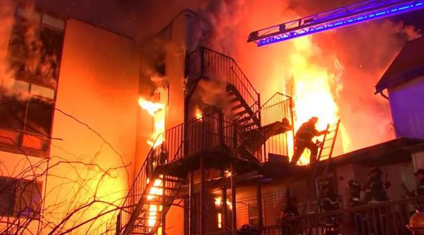 Una persona falleció y dos bomberos quedaron heridos por el incendio en una residencia para adultos mayores en Nueva York, Estados Unidos. Foto: FirefighterCloseCall (@TheSecretList)