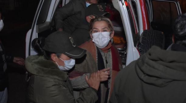 La expresidenta interina de Bolivia Jeanine Áñez (c) es trasladada el 20 de marzo del 2021, a otra prisión, en La Paz (Bolivia). Foto: EFE
