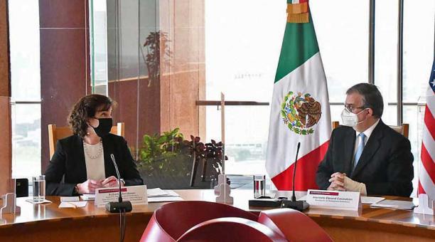 El canciller mexicano, Marcelo Ebrard (derecha), y Roberta Jacobson, coordinadora de la Frontera Sur de la Casa Blanca, encabezaron una reunión privada en Ciudad de México para abordar el tránsito migratorio desde Centroamérica. Foto: EFE