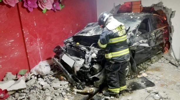 El auto ingresó a uno de los salones de la Iglesia evangélica, tras el choque en el norte de Quito. Foto: Twitter Bomberos Quito
