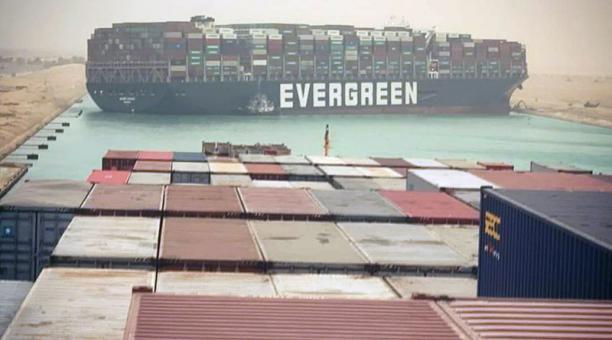 Un buque portacontenedores panameño Ever Given quedó atascado en el tramo sur del canal de Suez, luego de una tormenta de arena y no permite el paso de otras embarcaciones. Foto: EFE