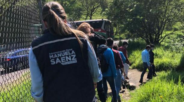 La inspección se realizó este 24 de marzo del 2021 tras la difusión de videos que muestran robos en a ocupantes de vehículos. Foto: Twitter/ AMC Quito.
