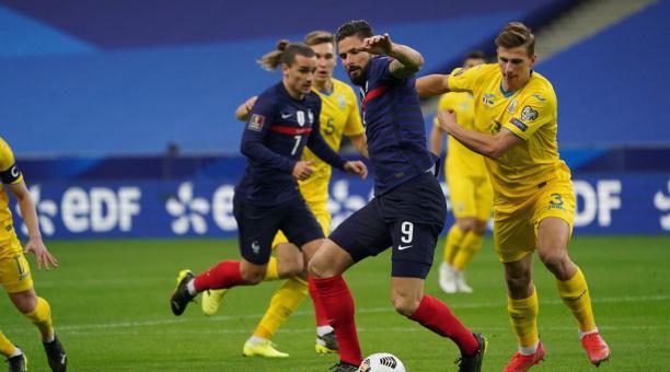 Oliver Giroud trata de llevarse el balón en el juego por eliminatorias ante Ucrania. Foto: Tomada del Twitter