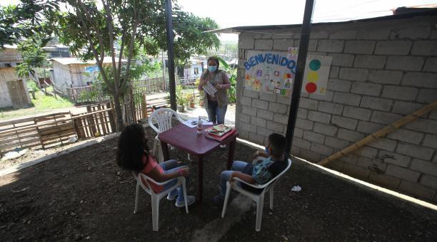 Edith Rivera Cuenca es la profesora de Emely y Joseph, que llegó a su vivienda, en Ciudad de Dios, en Guayaquil. Foto: Enrique Pesantes/ EL COMERCIO