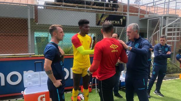 Damián Díaz, junto a Gustavo Alfaro, antes del inicio del partido entre la selección ecuatoriana y Aucas. Foto: Cortesía