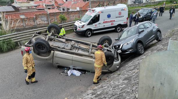Dos personas resultaron heridas en un fuerte accidente en Cuenca. Foto: Twitter Cuerpo de Bomberos Cuenca