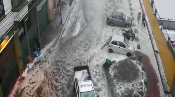 El taponamiento de alcantarillas en San Roque, centro de Quito, provocó acumulación de agua. Foto: Cortesía / Ecu 911