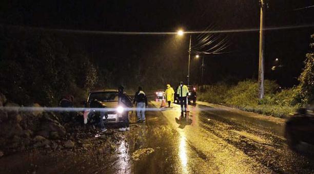 El carril derecho sobre la av. Camilo Ponce Enríquez, sentido Quito- Valle, fue cerrado debido al deslizamiento. Foto: cortesía AMT