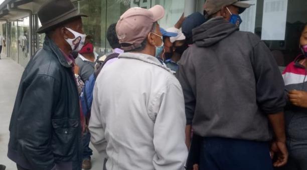 Unos 90 extrabajadores de la Empresa Pública Siembra esperaban al medio día de este jueves, 25 de marzo del 2021, que se les pague la liquidación. Se concentraron en las oficinas de la Ciudad del Conocimiento, en Urcuquí, Imbabura. Foto cortesía